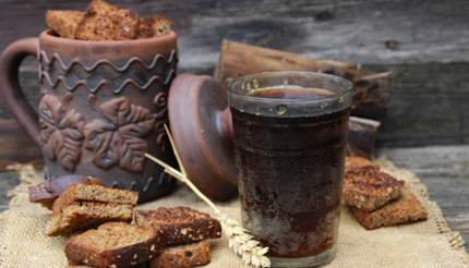 Kvass with rye bread slices around it