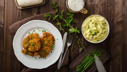 Schnitzel with herbs, mashed potatoes and chives